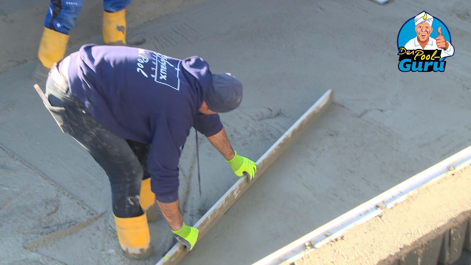 Beckenboden Beton glatt streichen