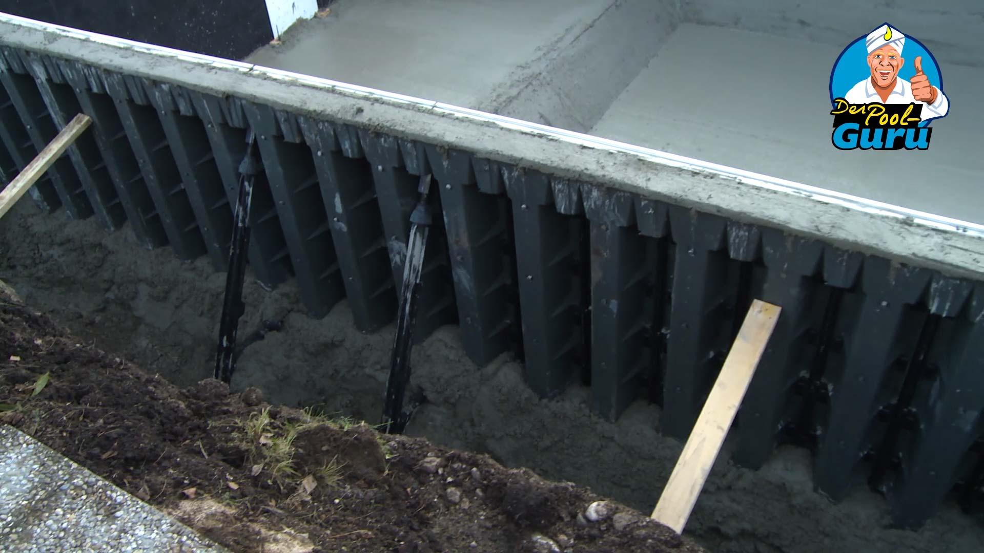 Pool Verschalung mit Kamin